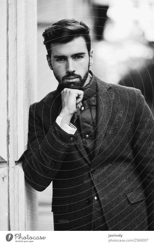 Junger bärtiger Mann im britischen eleganten Anzug Lifestyle Stil schön Haare & Frisuren Mensch maskulin Junger Mann Jugendliche Erwachsene 1 18-30 Jahre Straße