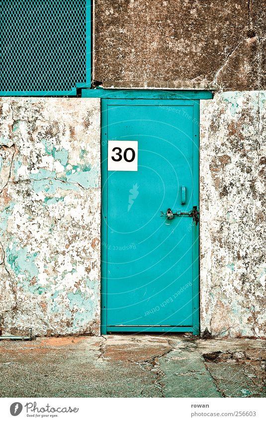 Nr. 30 Haus Industrieanlage Fabrik Bauwerk Gebäude Architektur Mauer Wand Fassade Tür alt bedrohlich trist Ziffern & Zahlen Schloss geschlossen türkis Farbstoff