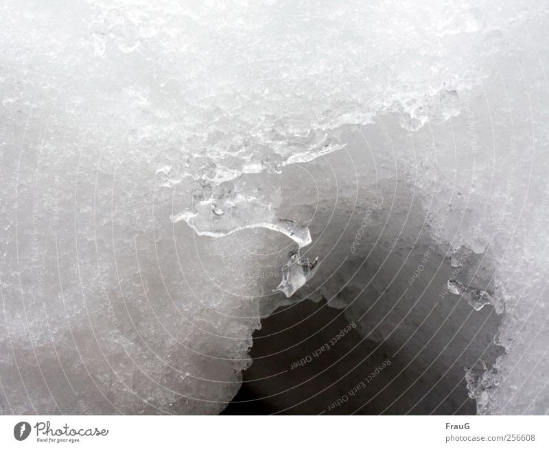 Schneeloch Wasser weiß Winter kalt Eis Frost Loch frieren bizarr