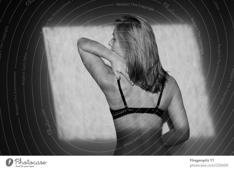 spüren elegant schön Körper Zufriedenheit ruhig feminin Junge Frau Jugendliche Haut Rücken 1 Mensch Unterwäsche blond langhaarig berühren genießen träumen dünn