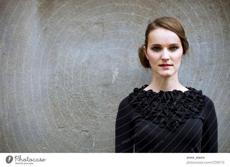 edles schwarzes Mensch Jugendliche Stadt Einsamkeit feminin Wand grau Stil Mauer Denken träumen Mode elegant stehen einzigartig