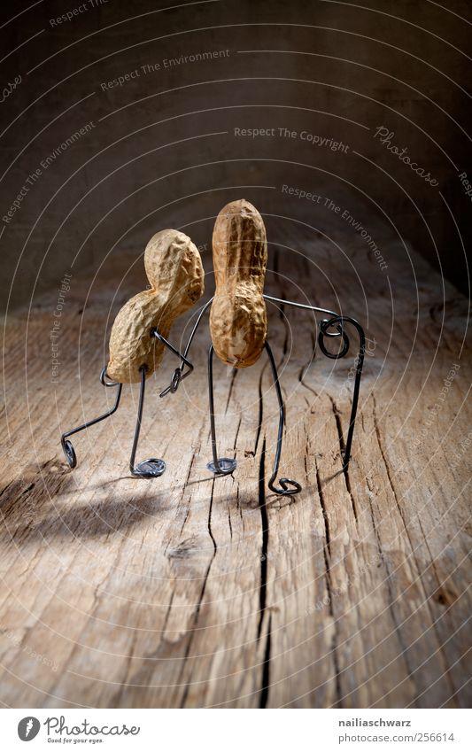 Gemeinsam Lebensmittel Erdnuss Mensch Weiblicher Senior Frau Männlicher Senior Mann Großeltern Großvater Großmutter Paar Partner Holz Metall alt berühren gehen