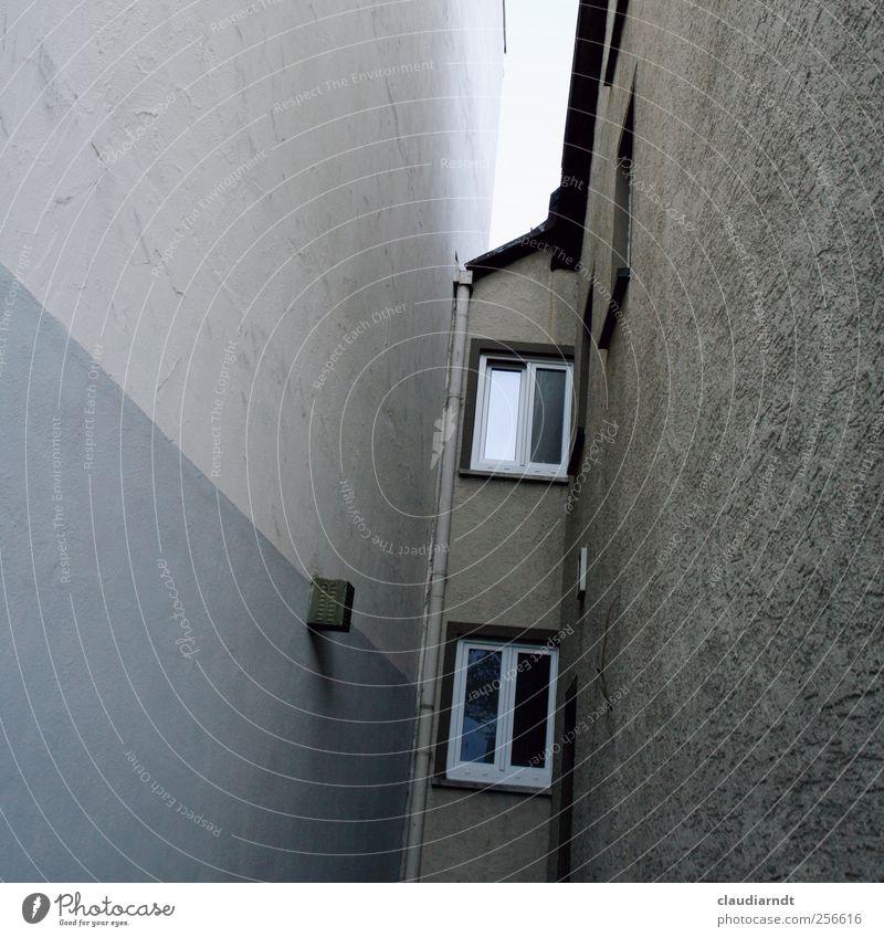 Enge Dorf Stadt Menschenleer Haus Gebäude Mauer Wand Fenster Dach Dachrinne dunkel trist grau eng platzsparend Putz Beton kahl erdrückend Gedeckte Farben