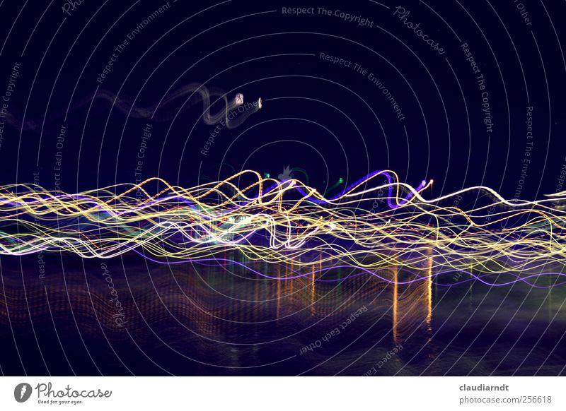 Wellenlängen Wasser Bewegung leuchten ästhetisch außergewöhnlich mehrfarbig Lichtmalerei Leuchtspur Spuren Wellenform Wellengang dunkel Farbfoto Außenaufnahme
