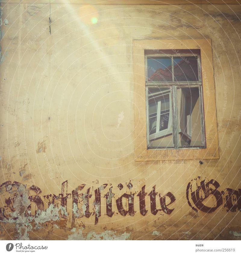 Fensterchen alt Haus Fenster Wand Mauer Fassade authentisch Schriftzeichen trist Vergänglichkeit trocken Gastronomie Vergangenheit Typographie beige Reflexion & Spiegelung