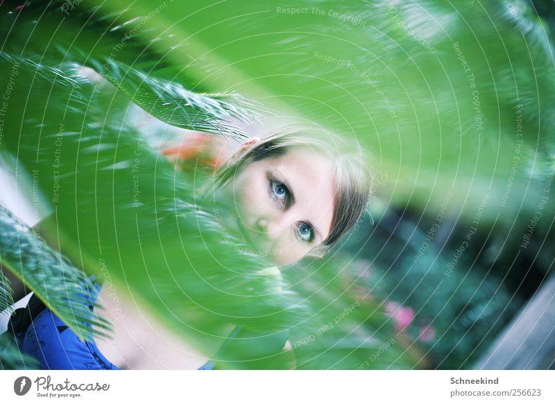 Im Jungel der Stadt Mensch Frau Jugendliche Pflanze Junge Frau Blume Blatt 18-30 Jahre Gesicht Erwachsene Auge Leben feminin Haare & Frisuren Kopf