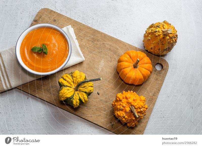 Kürbiscreme in der Schüssel Gemüse Suppe Eintopf Abendessen Vegetarische Ernährung Diät Teller Schalen & Schüsseln Löffel Gesunde Ernährung Halloween Herbst
