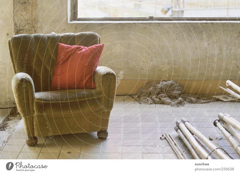 alter sessel in einem alten leerstehenden gebäude | chamansülz Mauer Wand Fassade Beton dreckig kaputt Verfall Vergangenheit Vergänglichkeit