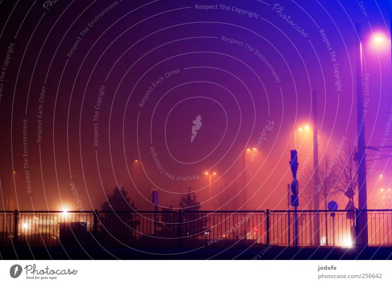 Stille Nacht, bunte Nacht Nebel blau mehrfarbig gelb rot Geländer Licht Laternenpfahl Straßenbeleuchtung Stadt Beleuchtung Winter kalt Stimmung Farbe Farbfoto