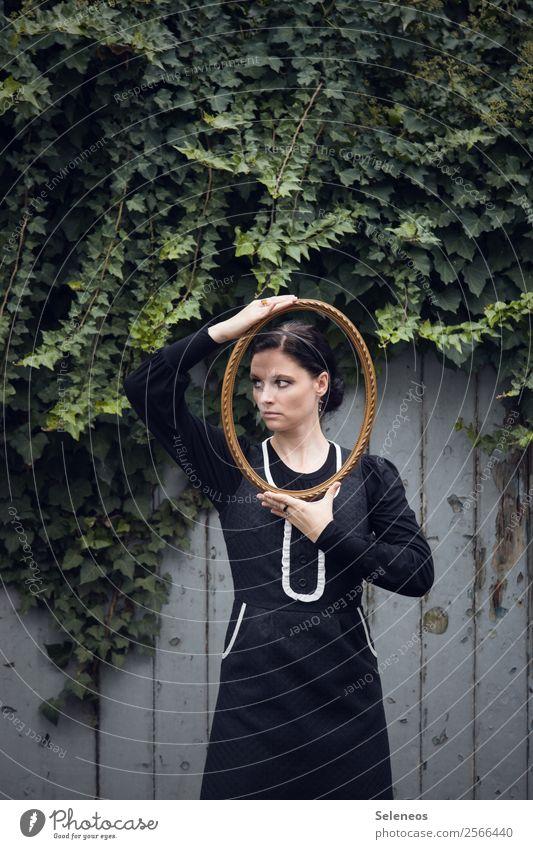 Bildausschnitt Mensch feminin Frau Erwachsene 1 30-45 Jahre Umwelt Natur Efeu Tür Kleid Bilderrahmen Holz gold bildlich Farbfoto Außenaufnahme Oberkörper