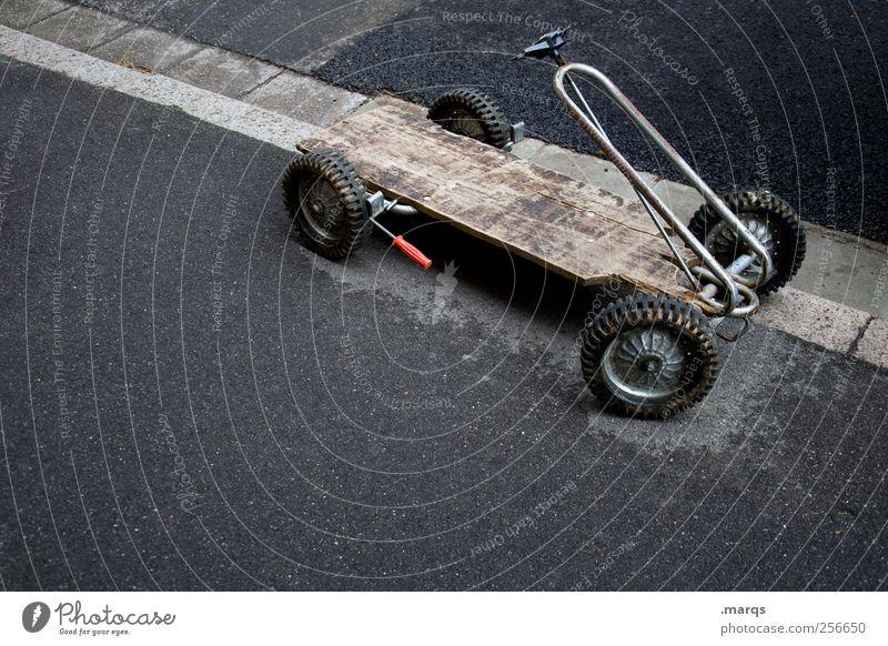 Dauerparker Spielen Kettcar Verkehr Verkehrsmittel Straße Bordsteinkante parken Fahrzeug Spielzeug alt kaputt retro Gefühle Freude Kindheit Mobilität skurril