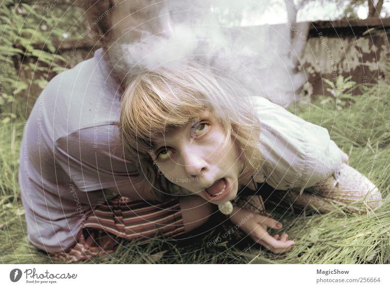 Smoke make Crazy Rauchen Rauschmittel Gesicht Auge 2 Mensch blond lustig verrückt Farbfoto Zentralperspektive Schielen Übelkeit Frauengesicht Witz Spaßvogel