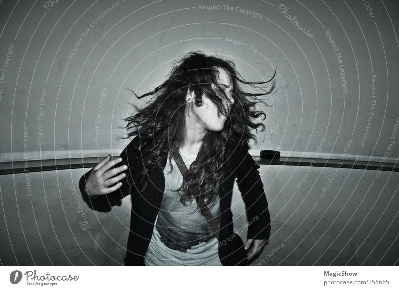 Dancing in the Dark Mensch Jugendliche schwarz feminin Bewegung grau Kopf Haare & Frisuren Feste & Feiern Tanzen dreckig Junge Frau genießen Lebensfreude Nachtleben Schwarzweißfoto