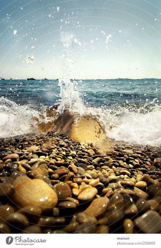 Spritzwasser Ferien & Urlaub & Reisen Sommer Sommerurlaub Natur Landschaft Urelemente Wasser Wassertropfen Felsen Wellen Küste Strand Bucht Meer Kieselsteine