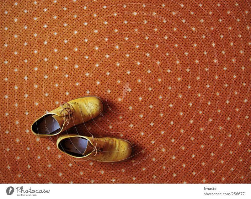 Schuhe Einsamkeit gelb warten frei leer einzeln ausdruckslos