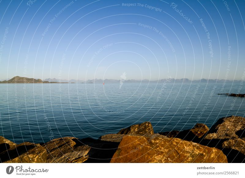 Kleines rotes Boot vor Kabelvåg Polarmeer Europa Felsen Ferien & Urlaub & Reisen Fjord Himmel Himmel (Jenseits) Horizont Insel Landschaft Lofoten maritim Meer