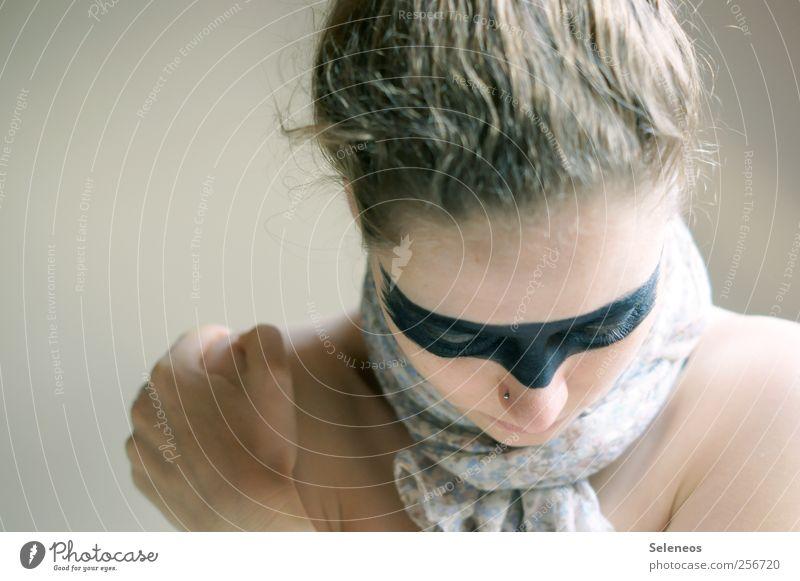 silence Mensch feminin Junge Frau Jugendliche Haut Kopf Haare & Frisuren Gesicht Auge Nase Mund Hand Finger 1 Tuch Accessoire Maske blond frieren Schminke