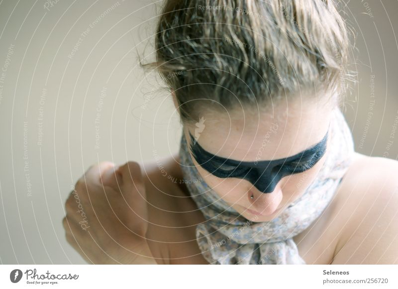 silence Mensch Jugendliche Hand Gesicht Auge feminin Kopf Haare & Frisuren blond Mund Haut Nase Finger Maske frieren Schminke
