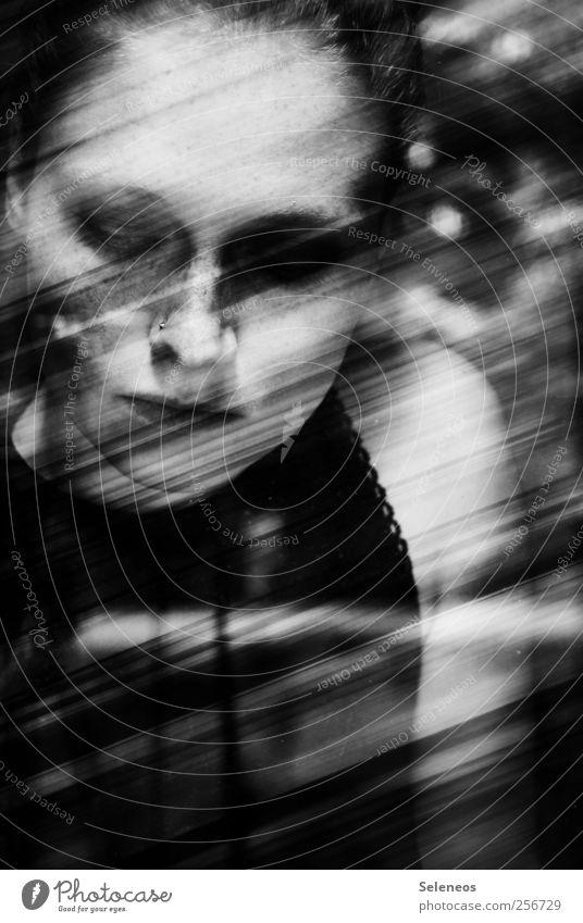 // Mensch Kopf Gesicht 1 Linie Streifen Schwarzweißfoto Innenaufnahme Tag Licht Schatten Kontrast Porträt Oberkörper Blick nach unten Junge Frau Frauengesicht