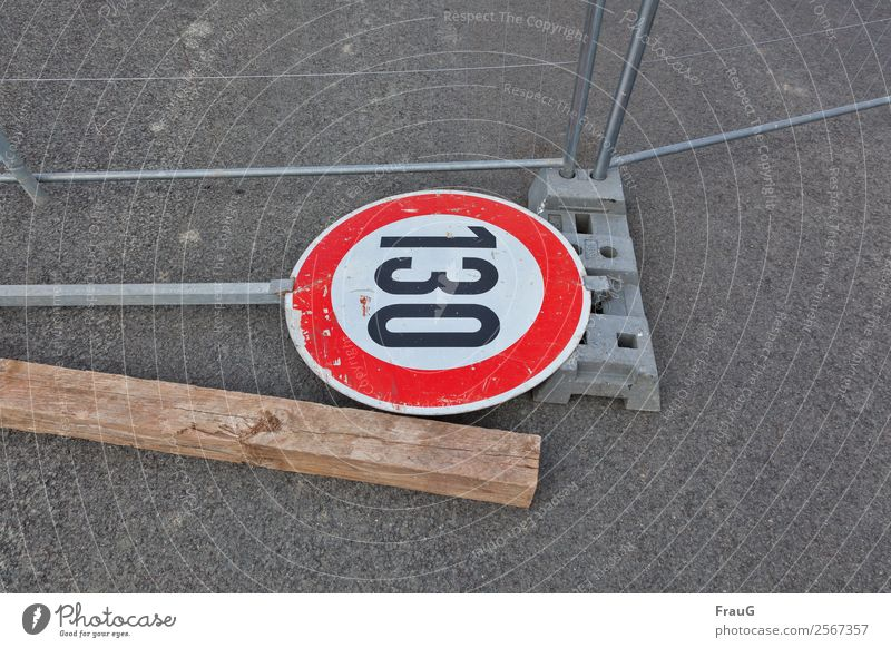 Verkehrte Welt... Zaun Verkehrszeichen Verkehrsschild Holz Metall liegen Asphalt Bauzaun Geschwindigkeitsbegrenzung Vorschriftszeichen kaputt 130 Farbfoto
