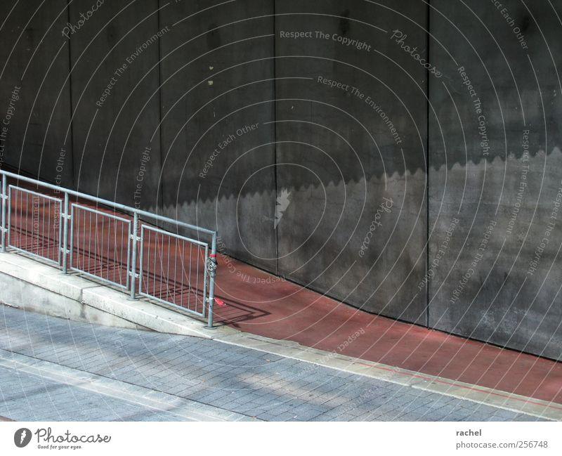 Tendenziell untentschlossen... Stadt rot schwarz Wand Architektur grau Gebäude Mauer Fassade Sauberkeit Fußweg Geländer vertikal Am Rand Fuge Neigung