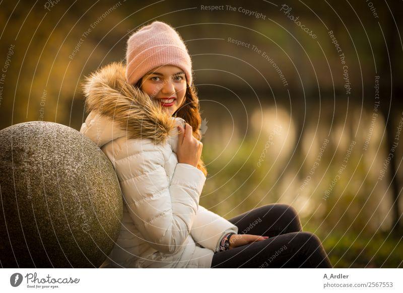 Portrait am See Mensch feminin Junge Frau Jugendliche Erwachsene 1 18-30 Jahre Natur Wasser Sonnenaufgang Sonnenuntergang Herbst Park Seeufer Teich Mode Jacke