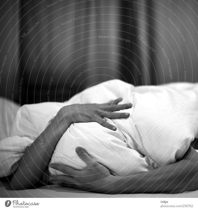 Ich nehm die Decke! Den Tag kannst Du behalten (II) Mensch Hand ruhig Einsamkeit Leben Gefühle Traurigkeit Stimmung Freizeit & Hobby Angst liegen schlafen Häusliches Leben Trauer Bett festhalten