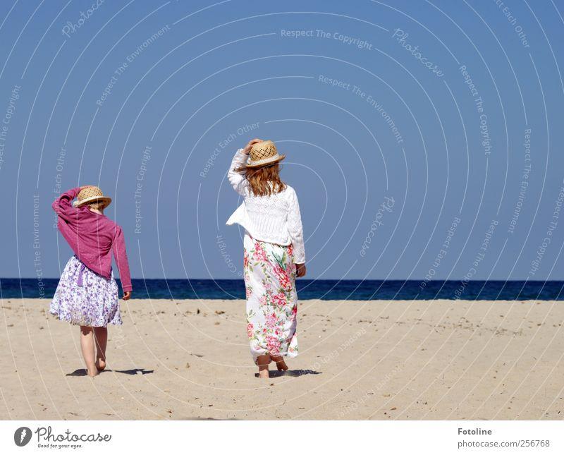 Schwestern Mensch feminin Kind Mädchen Geschwister Familie & Verwandtschaft Kindheit Umwelt Natur Wasser Küste Meer hell Wärme Wind laufen gehen Kleid