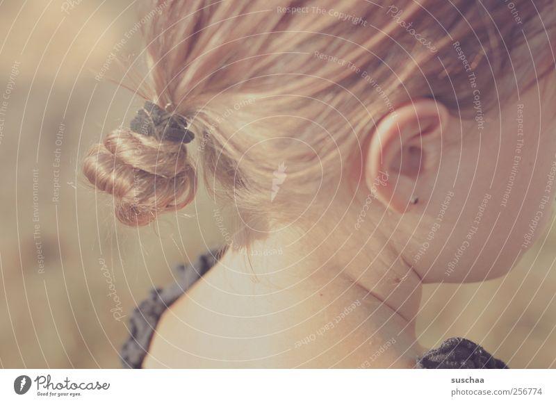 den sommer im nacken II Kind Mädchen Kindheit Haut Kopf Haare & Frisuren Gesicht Ohr 1 Mensch 3-8 Jahre schön Wärme Ohrring Dutt Hals Nacken Wange Haargummi