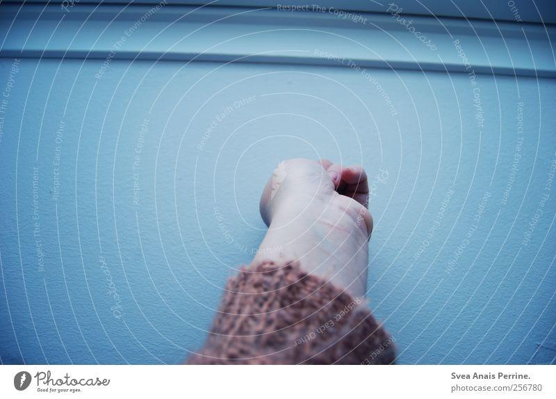 babyblau. feminin Junge Frau Jugendliche Arme Hand Finger Mauer Wand Strickjacke festhalten kalt Farbfoto Gedeckte Farben Außenaufnahme Zentralperspektive