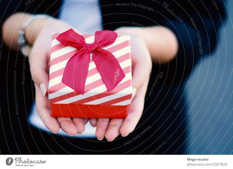 weibliche Hände halten eine kleine Geschenkbox, Geschenk. elegant Design Glück schön Dekoration & Verzierung Feste & Feiern Weihnachten & Advent Hochzeit