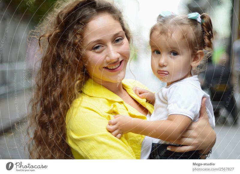 Die ältere Schwester umarmt die junge Schwester. Lifestyle Freude Glück schön Gesicht Sommer Kind Mensch Frau Erwachsene Familie & Verwandtschaft Freundschaft