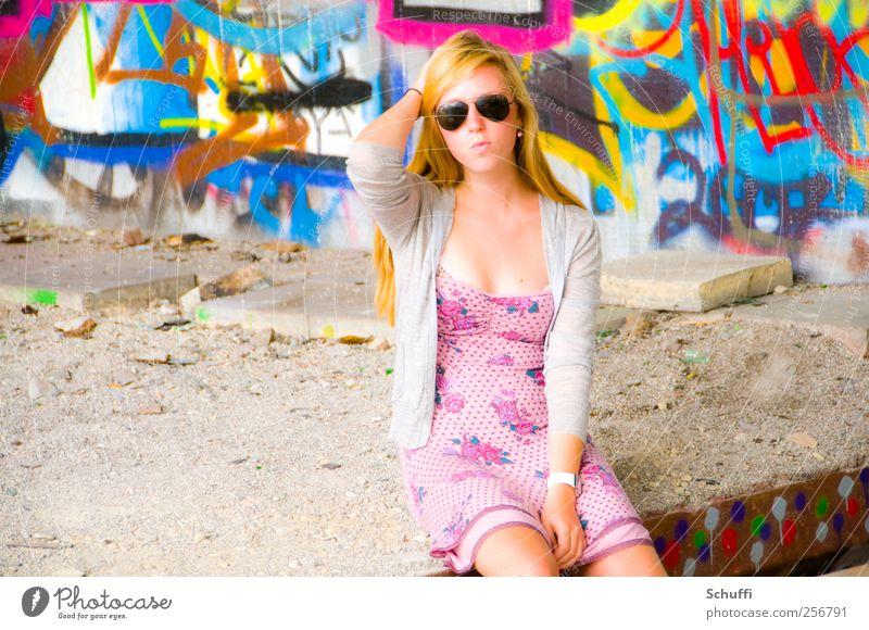 Prontony! Mensch schön feminin Stil Mode rosa sitzen Lifestyle Körperhaltung Model dünn Junge Frau Gelassenheit trendy Sonnenbrille attraktiv