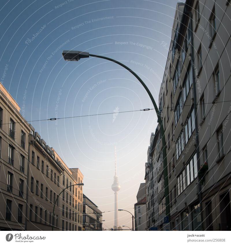 Little Darling blau Stadt schön Haus Wege & Pfade Gebäude klein Horizont Fassade stehen Perspektive Turm dünn Wolkenloser Himmel Verkehrswege Hauptstadt