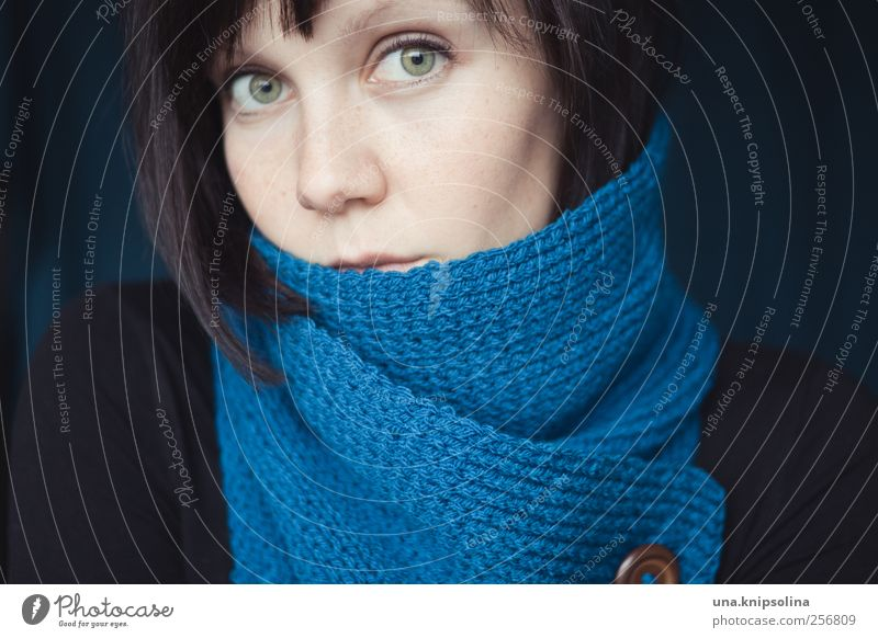 una. Mensch Frau Jugendliche blau Winter Erwachsene feminin Wärme Denken Mode träumen Eis Lifestyle Frost 18-30 Jahre einzigartig