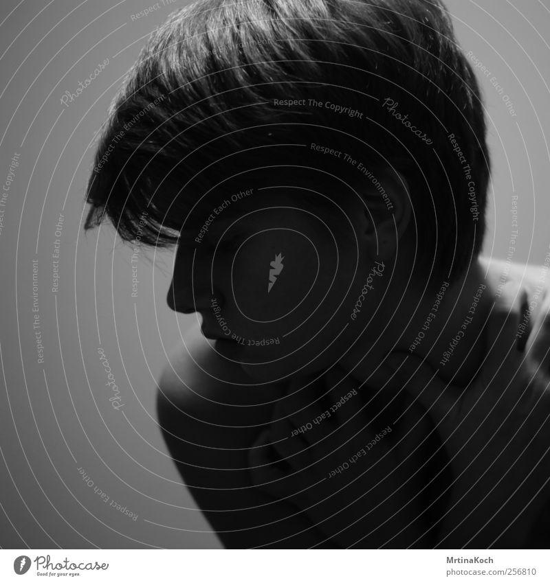 . Mensch feminin Junge Frau Jugendliche Erwachsene 1 18-30 Jahre Traurigkeit Trauer Liebeskummer Müdigkeit Schmerz Sehnsucht Schwarzweißfoto Innenaufnahme
