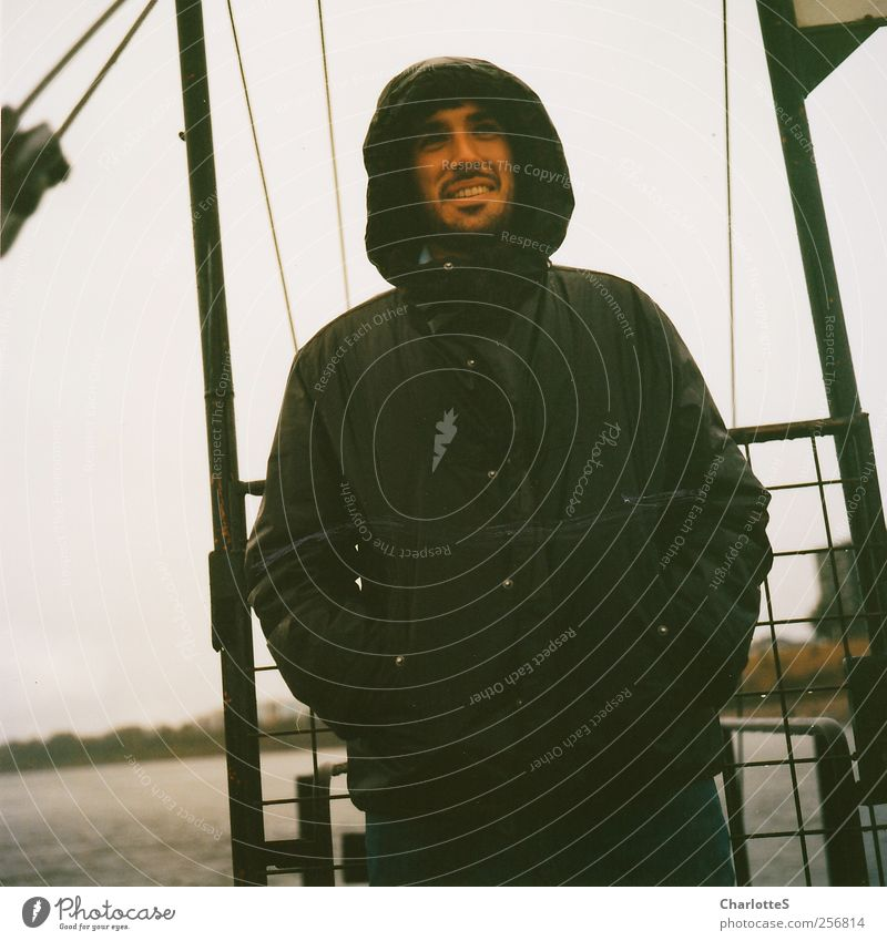 Schietwetter Mensch Natur Jugendliche Wasser Erwachsene Ferne grau lachen Glück Küste Regen Nebel Haut nass natürlich groß