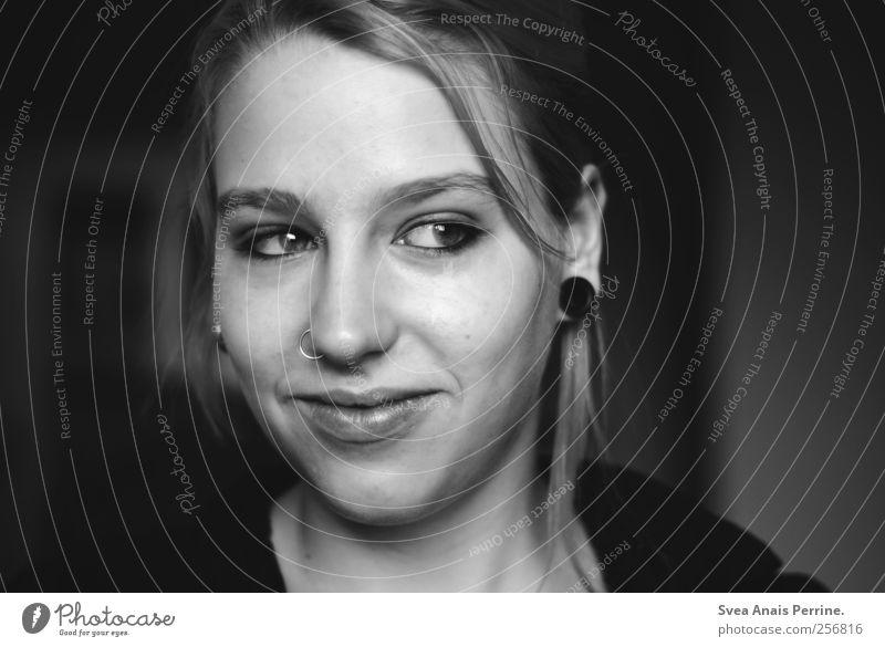 sonnstagsmorgen. feminin Junge Frau Jugendliche 1 Mensch 18-30 Jahre Erwachsene Piercing Zopf träumen verlegen Frauengesicht Nasenpiercing Lächeln Verschmitzt