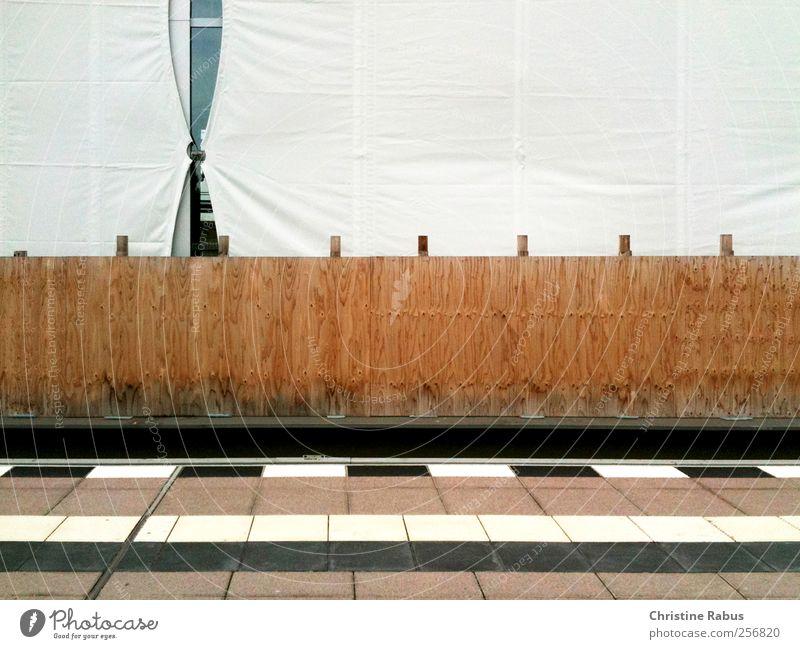 Baustelle Stadt weiß ruhig Wand Architektur Mauer Holz braun Arbeit & Erwerbstätigkeit Design Verkehr Schilder & Markierungen ästhetisch Beginn Bauwerk