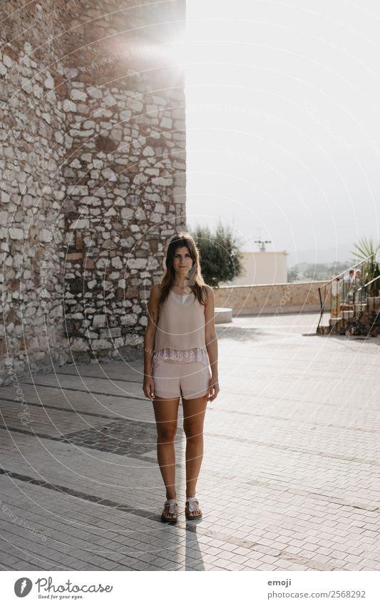 Licht und Schatten feminin Junge Frau Jugendliche 1 Mensch 18-30 Jahre Erwachsene brünett dünn Freizeitbekleidung frontal nude beige Farbfoto Außenaufnahme Tag