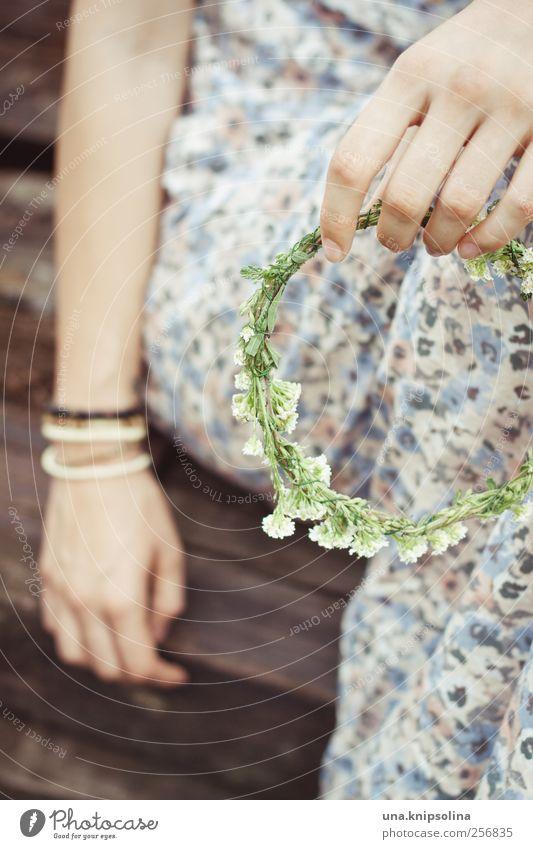 couronne feminin Frau Erwachsene Hand 1 Mensch Pflanze Blüte Mode Kleid Accessoire Armband Haarschmuck Kranz Blumenkranz festhalten Fröhlichkeit rund