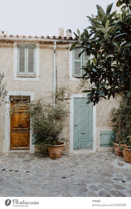 French Riviera Dorf Menschenleer Haus Mauer Wand Fassade Tür authentisch mediterran Cote d'Azur Frankreich Tourismus Ferienhaus Ferienwohnung