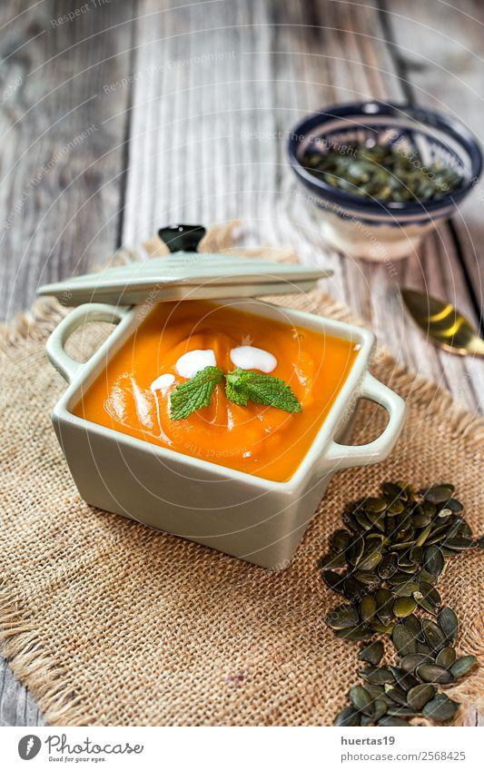 Kürbiscreme in der Schüssel. Lebensmittel Wurstwaren Gemüse Suppe Eintopf Abendessen Vegetarische Ernährung Diät Teller Schalen & Schüsseln Löffel Lifestyle