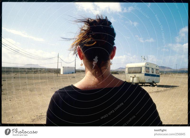bye feminin 1 Mensch Umwelt Natur Landschaft Erde Sand Himmel Sonne Schönes Wetter Wärme Dürre Berge u. Gebirge Wohnwagen T-Shirt Ohrringe Zopf beobachten gehen