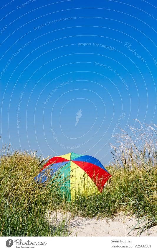 Bunter Sonnenschirm in einer Düne schön Erholung ruhig Ferien & Urlaub & Reisen Tourismus Sommer Strand Meer Insel Natur Landschaft Sand Wolkenloser Himmel