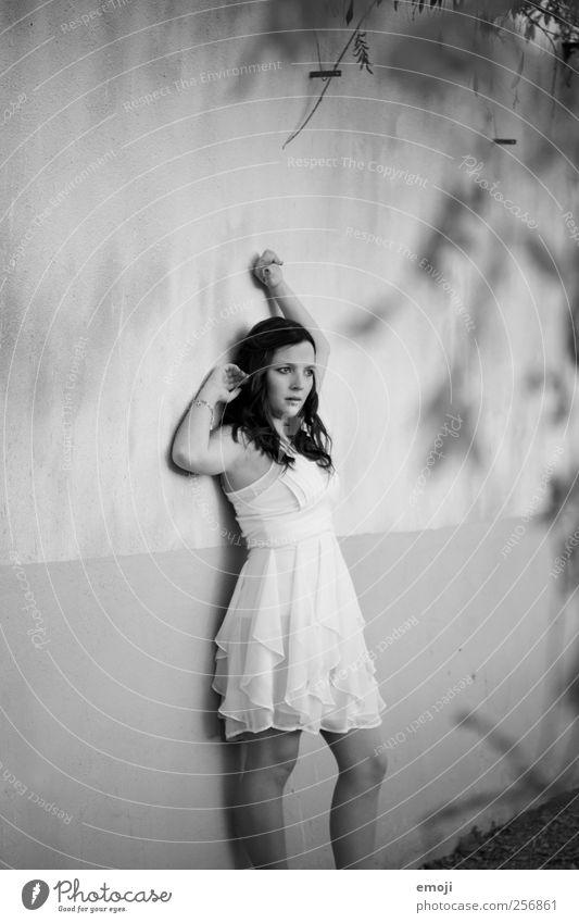 Schatten feminin Junge Frau Jugendliche 1 Mensch 18-30 Jahre Erwachsene bedrohlich dunkel Fassade Wand Kleid Schwarzweißfoto Außenaufnahme Textfreiraum links