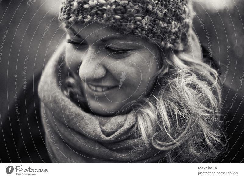 warm und klar. feminin Junge Frau Jugendliche 1 Mensch 18-30 Jahre Erwachsene Schal Mütze blond langhaarig Lächeln ästhetisch authentisch elegant schön