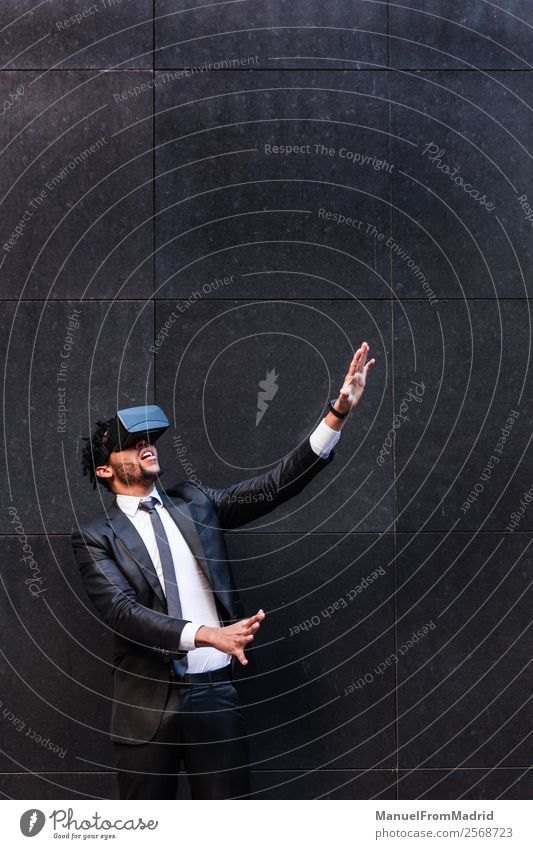 Afro-Kaufmann beim Spielen von Virtual Reality Simulationen Entertainment Business Headset Technik & Technologie Junger Mann Jugendliche Erwachsene Hand Anzug