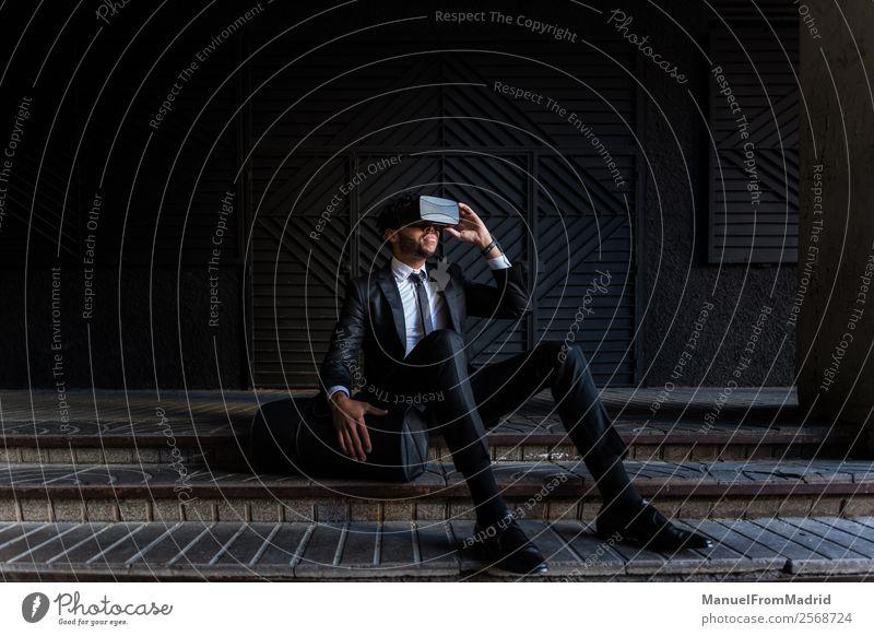 Afro-Kaufmann beim Spielen von Virtual Reality Simulationen Entertainment Business Headset Technik & Technologie Junger Mann Jugendliche Erwachsene Anzug modern