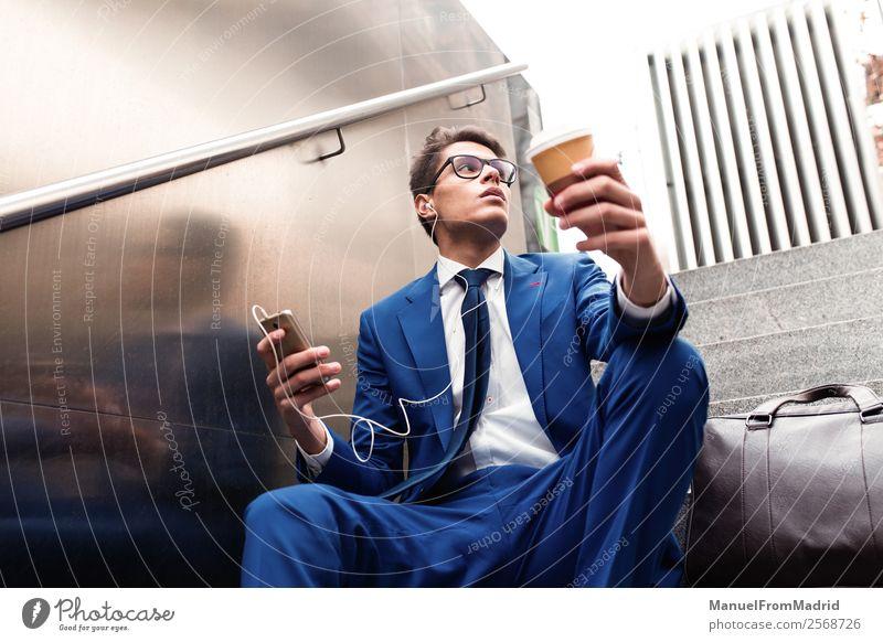 Mensch Mann Straße Lifestyle Erwachsene Stil Business Mode Arbeit & Erwerbstätigkeit modern Aktion Telefon selbstbewußt Anzug Geschäftsmann Großstadt